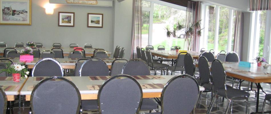 Salle à manger avec choix de menus à prix abordables cuisinés sur place